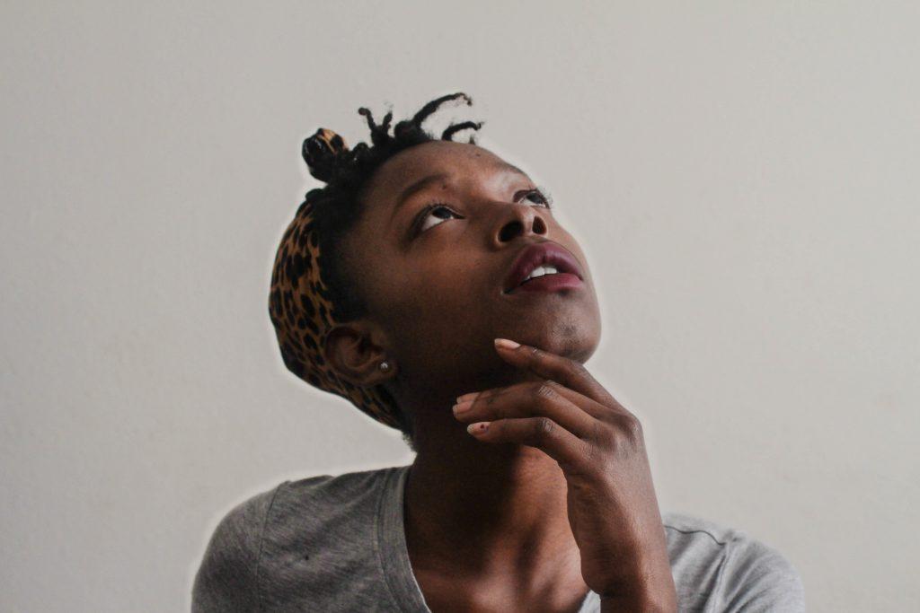 Afrikaanse vrouw kijkt omhoog